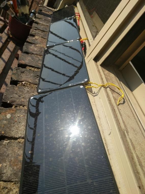 Солнечные панели за окном
